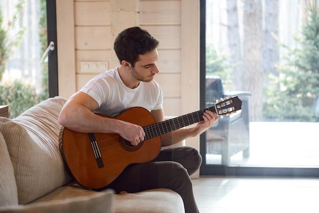 Zu hause gitarre spielen