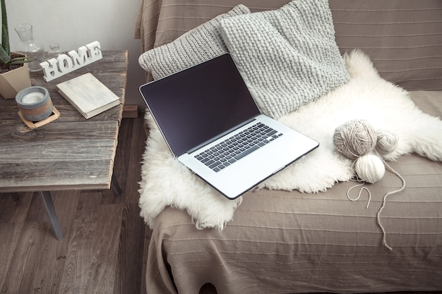 Zu hause mit einem computer auf der couch arbeiten
