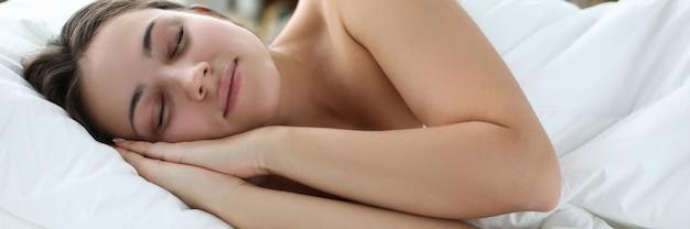 Zu hause weiches bett schönes mädchen schläft friedlich porträt