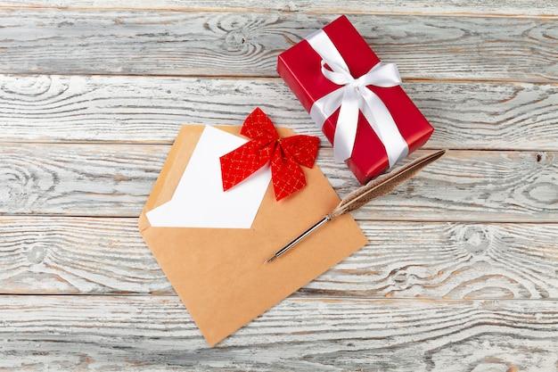 Zu liste für neues jahr tun, weihnachtskonzeptschreiben auf hölzernem hintergrund