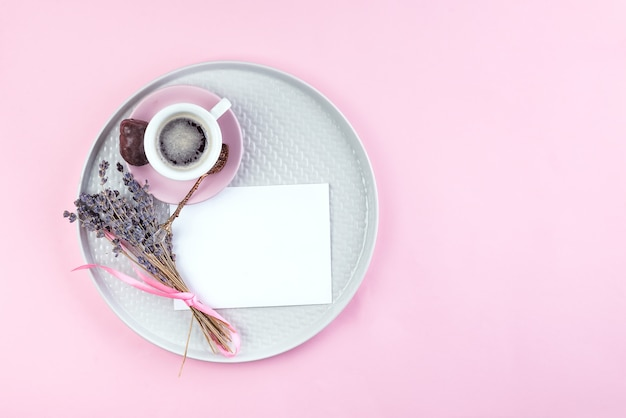 Zu listentext auf papieranmerkung mit tasse kaffee, stift und getrocknetem lavendel auf platte tun