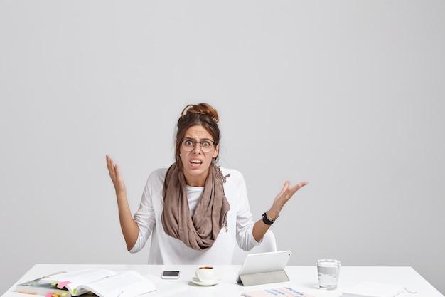 Zu viel workload und dateifehler. stilvoller weiblicher angestellter, der schlechten tag bei der arbeit hat