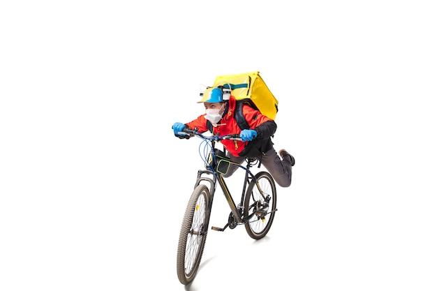 Zu viele bestellungen kontaktloser lieferservice während der quarantäne mann liefert lebensmittel und einkaufstaschen während der isolation mit handschuhen und gesichtsmaske