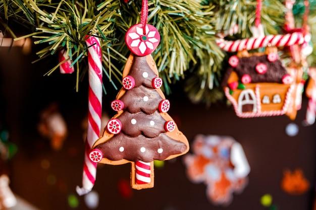 Zu weihnachten hängende puppen hängen am kindlichen baum.