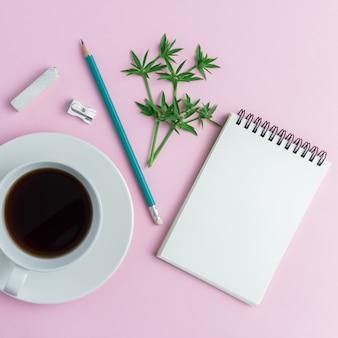 Zubehör auf schreibtisch auf rosa hintergrund