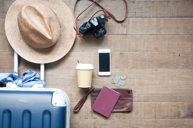 Zubehör des draufsichttouristen mit smartphone und geld. reise-lifestyle-konzept