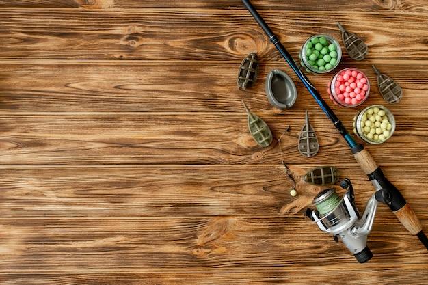 Zubehör für das karpfenfischen und fischköder auf holzbrettern