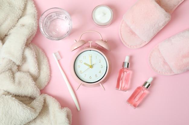 Zubehör für die schlafroutine für frauen auf rosa