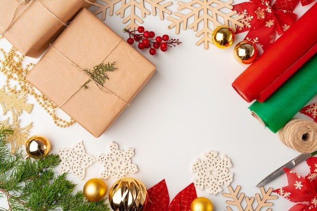 Zubehör für die weihnachtsgeschenke, die auf weißem hintergrund, draufsicht, kopienraum verzieren