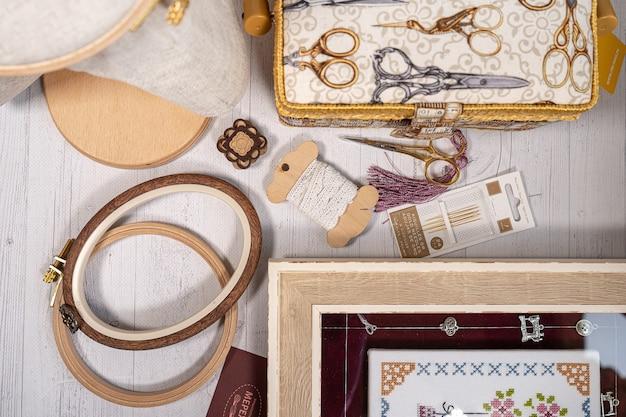 Zubehör für hobby. reißverschlüsse, scheren, fäden, nadeln und scheren. vintage werkzeuge zum sticken und stricken