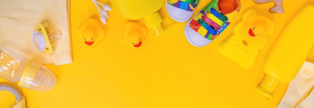 Zubehör für neugeborene auf gelbem grund
