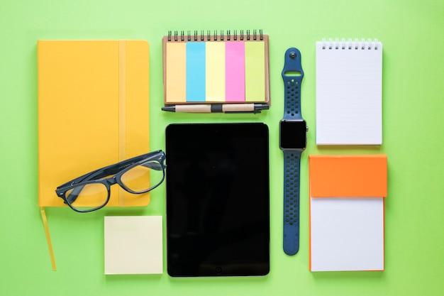 Zubehör und notebooks rund um tablet
