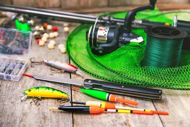 Zubehör zum angeln auf einem hölzernen hintergrund. selektiver fokus. angeln.