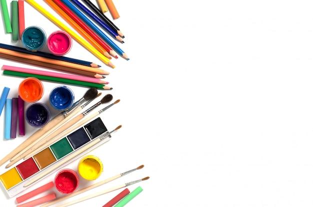 Zubehör zum zeichnen. pinsel, farben, buntstifte, kreide