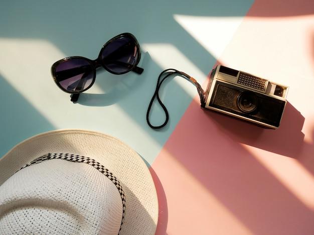 Zubehörartikel für reisen mit kamera, hut und sonnenbrille. ferienkonzept.
