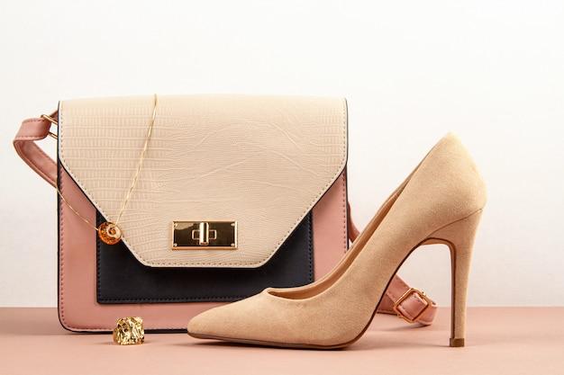 Zubehörhandtasche der eleganten frau und schuhe des hohen absatzes.