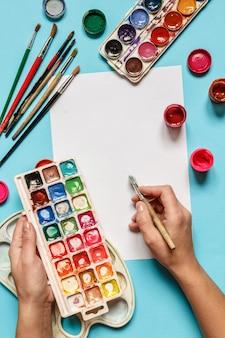Zubehör-Kollektion für Künstler. Leinwand, Ölfarbe, künstlerische Pinsel, Farbpalette und