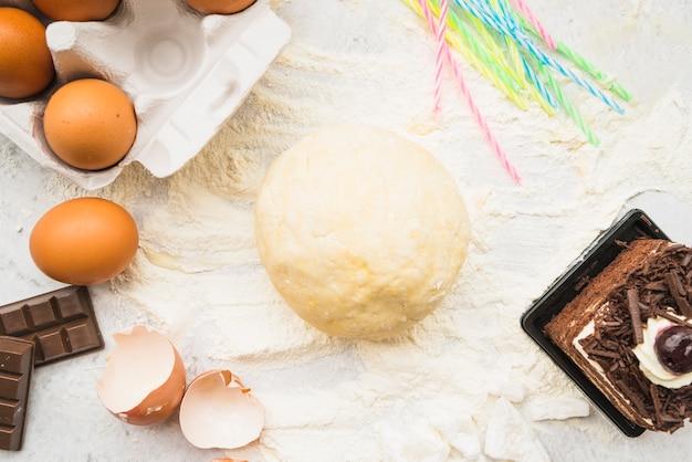 Zubereiteter teigball mit mehl- und scheibenkuchen