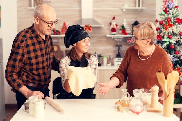 Zubereitung des desserts am weihnachtstag für die großeltern