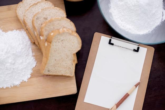 Zubereitung einer zutat für das kochen von gesundem essen in der küche. kopieren sie platz für text mit pulver und brot.
