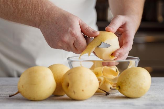Zubereitung eines frischen obstsalats mit karotten, birnen und äpfeln