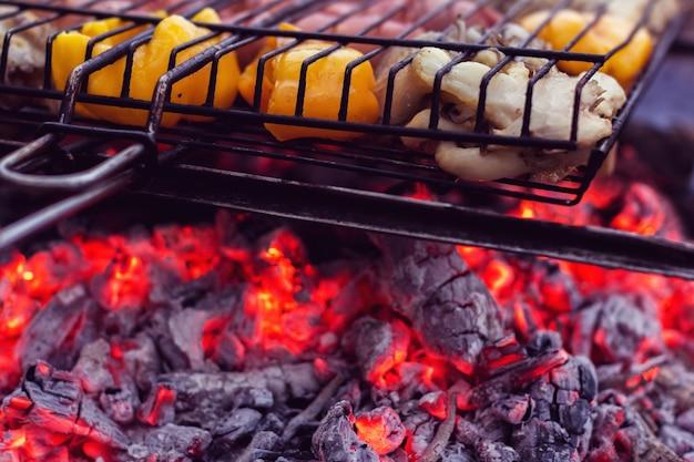 Zubereitung von fleisch und pflanzen auf einer metallpfanne