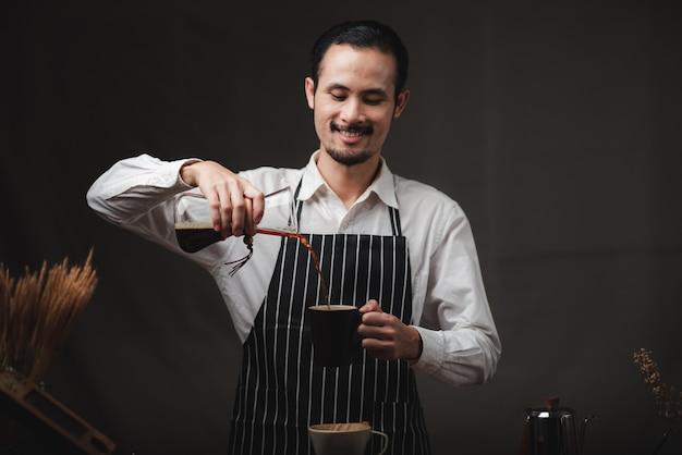 Zubereitung von kaffee mit kaffeefilter-tropfer-kits, vintage-tools für das barista-brauen