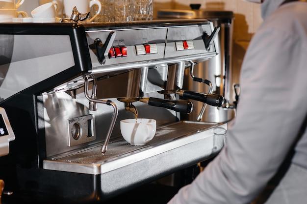 Zubereitung von köstlichem kaffee in einem modernen café aus nächster nähe