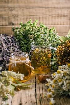 Zubereitung von kräutern, homöopathie, trockenblumen und honig