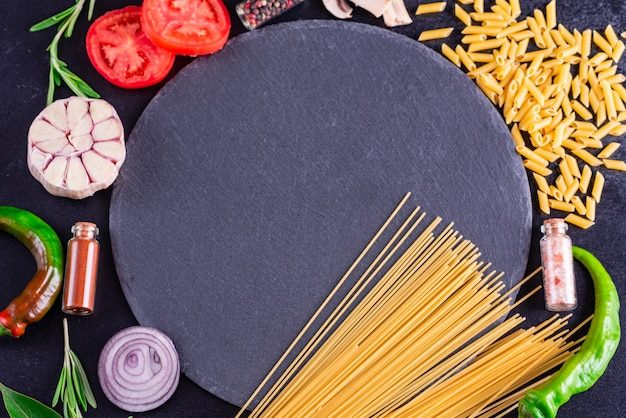 Zubereitung von leckeren frischen nudeln mit gemüse
