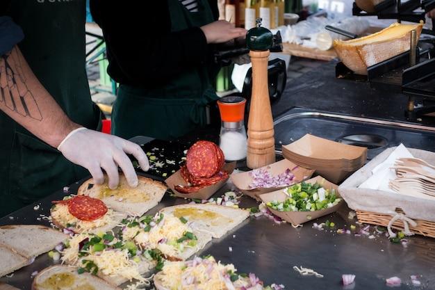 Zubereitung von raclette-sandwich mit chorizo