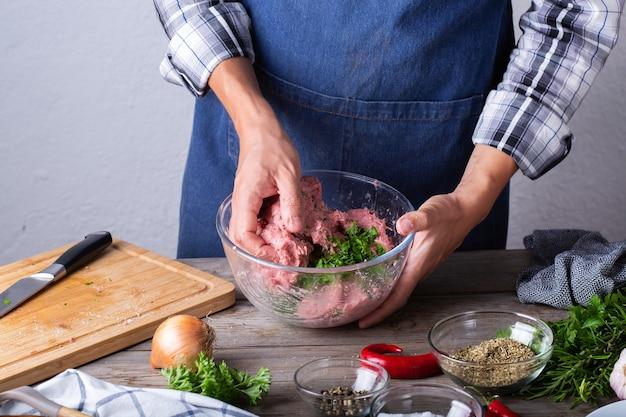 Zubereitung von rohen rinder- und schweinekoteletts zu hause