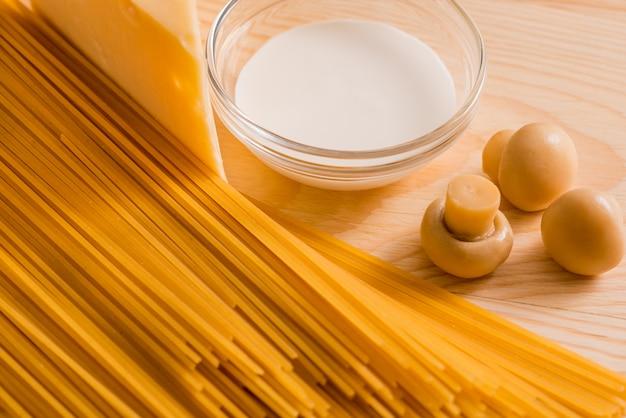 Zubereitung von spaghetti mit käsepilzen