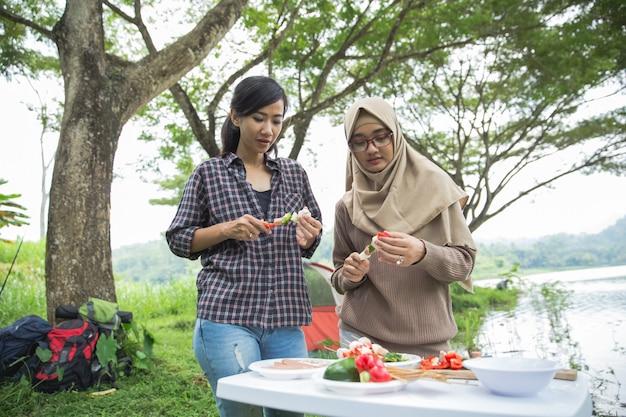 Zubereitung von speisen mit spießen während des ausflugs