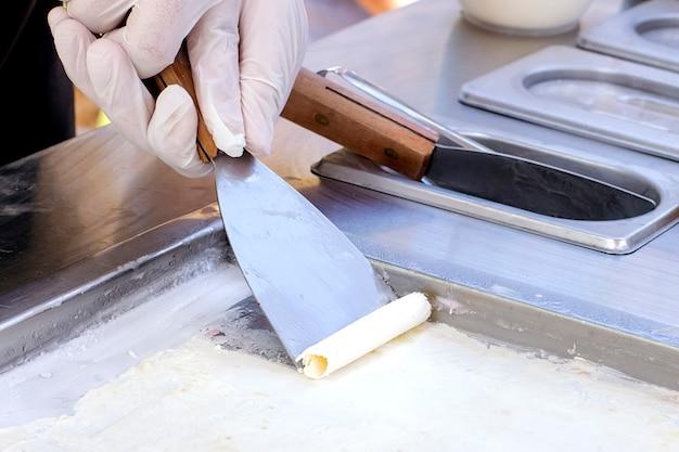 Zubereitung von thailändischem softeis mit spezialwerkzeugen.