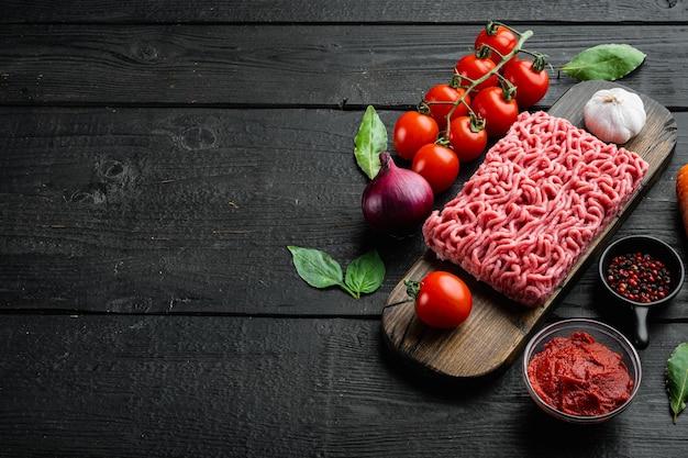 Zubereitung von zutaten aus bolognese-sauce, hackfleisch, tomaten