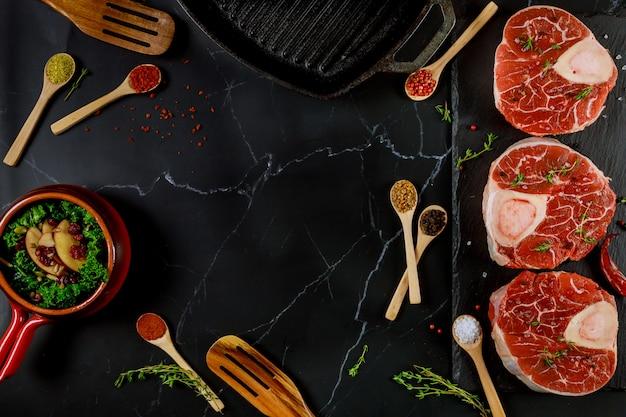 Zubereitung von zutaten für ossobuco aus rindfleisch.