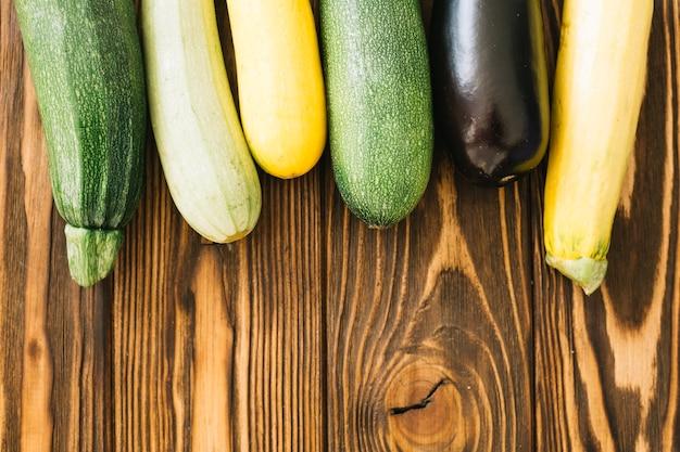 Zucchini auf holztisch