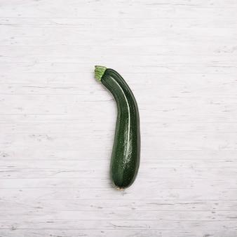 Zucchini auf weißem hintergrund