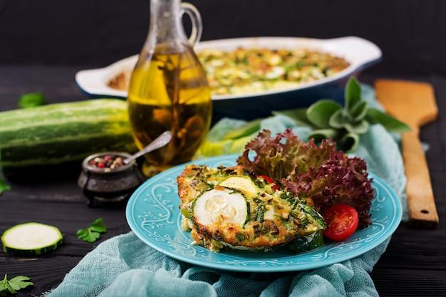 Zucchini-auflauf mit eiern, milch, käse und grünen kräutern