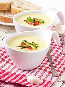 Zucchini-cremesuppe mit knoblauch und chili