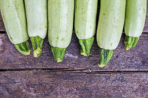 Zucchini früchte frische ernte portion essen