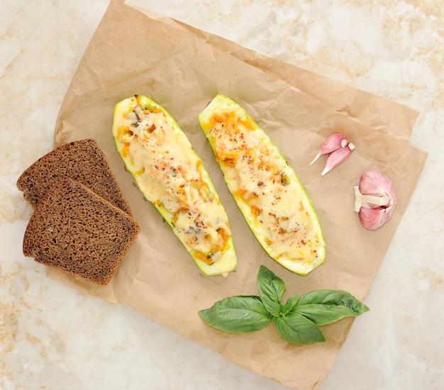 Zucchini gefüllt mit gemüse mit käse