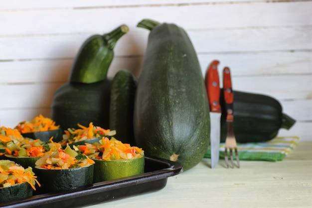 Zucchini gefüllt mit gemüsegericht