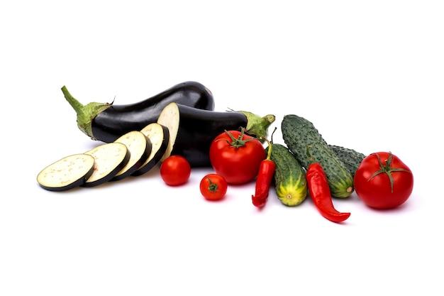 Zucchini, gurken und auberginen lokalisiert auf weißem hintergrund. frisches gemüse mark lokalisiert auf weißem hintergrund.