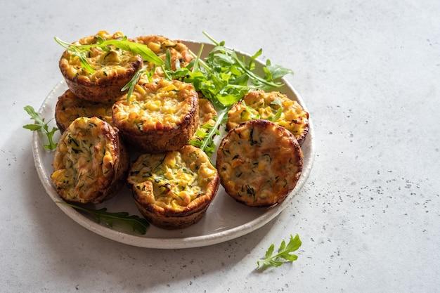 Zucchini-maisei-muffins auf einem tisch