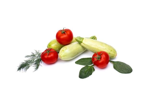 Zucchini mit tomaten lokalisiert auf weißem hintergrund. frisches gemüse auf weißem hintergrund.