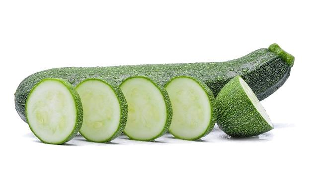 Zucchini mit wassertropfen auf weiß
