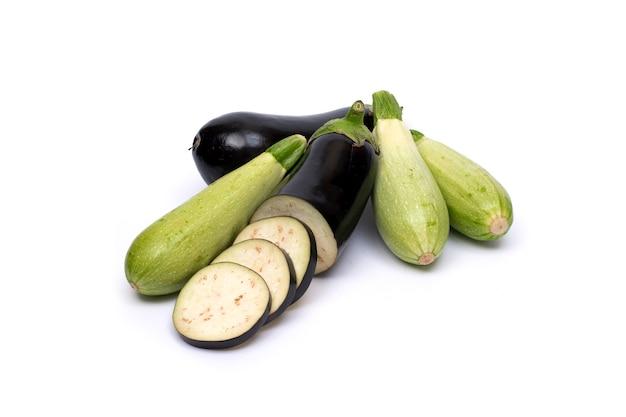 Zucchini und aubergine lokalisiert auf weißem hintergrund. frisches gemüse mark lokalisiert auf weißem hintergrund
