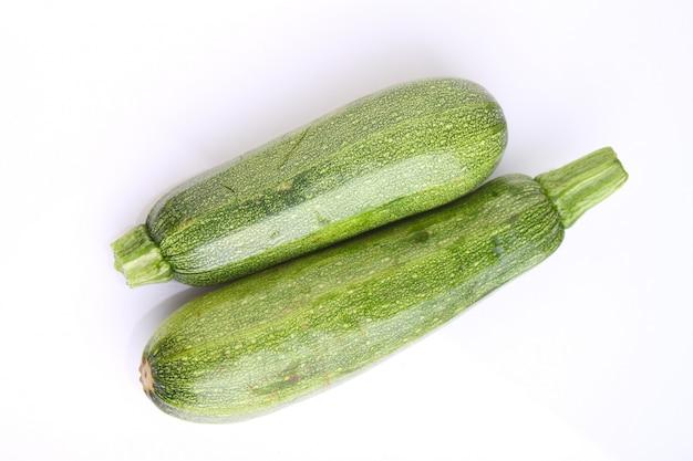 Zucchini zwei auf einem weißen hintergrund